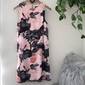 Incredible VINCE CAMUTO floral overlay dress🌸
